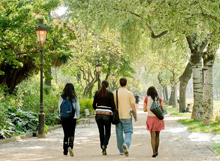 Students waking in the park on the Barcelona GSE campus